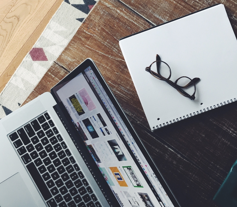 Bril en laptop